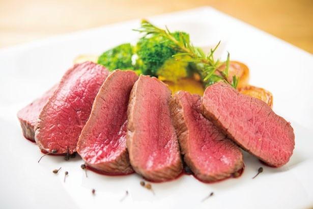 スペインバル 青山TOROの「エゾ鹿のロースト」(1810円)は、クオリティの高い赤身肉を使用。しっとりとした肉に、旨味が凝縮されている