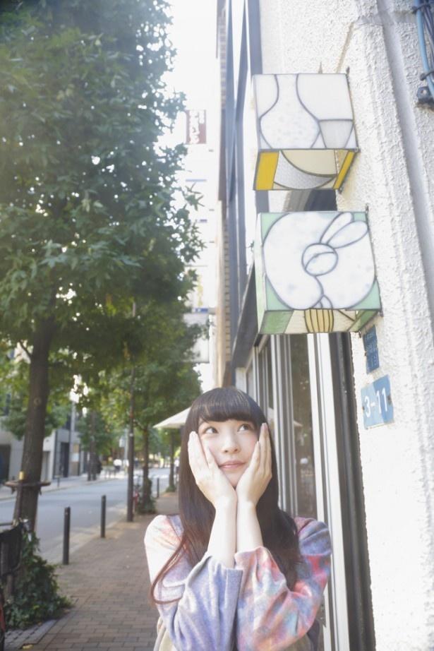 上田麗奈コラム第3回・小さなカフェで見つけた色は?