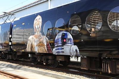 【写真を見る】「スター・ウォーズ」シリーズおなじみのキャラクター、C-3PO(写真左)とR2-D2(同右)もラッピング電車に