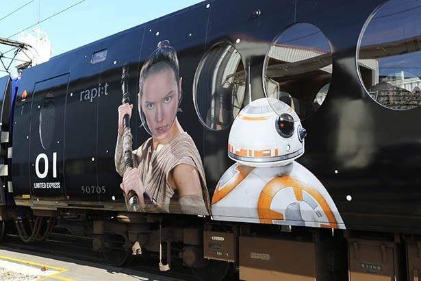 「スター・ウォーズ/フォースの覚醒」のヒロイン、レイ(写真左)と新登場のロボット、BB-8(同右)