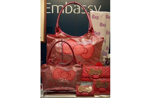 ハローキティカラーズ店舗限定プレミアムシリーズのバッグとワレット。キラキラのピンクがかわいい