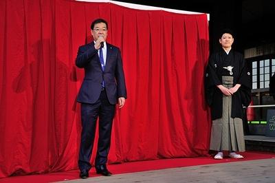 屏風を描いた山本太郎さん(写真右)と山田啓二京都府知事(同左)