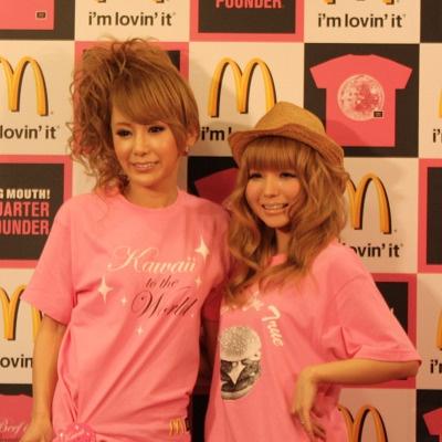 「BARA-IRO T-SHIRT SHOP」のオープニングイベントに、モデルの益若つばささん(左)と、タレントの桃華絵里さん(右)が登場