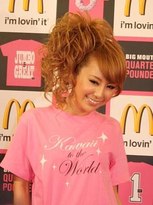 「Kaqwaii to the World」というキャッチがプリントされた、ももえりデザインのバラ色Tシャツ