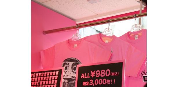 渋谷では限定3000枚でバラ色Tシャツを販売