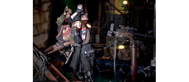 ディーコンの船でファンに手を振るVAMPSの二人