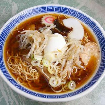 【福壽】「五目ラーメン」(¥630)。トッピングは、チャーシュー・ゆで卵・メンマ・モヤシ・蒲鉾・ナルトなど、具だくさん