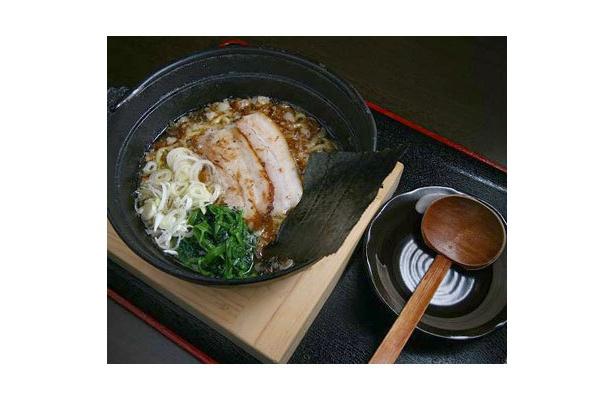 【麺処 ひろ爺】おすすめの「塩ラーメン」(¥500)のほか、「醤油」や「味噌」、「タンメン」もあり。味やトッピングのバリエーションも豊富