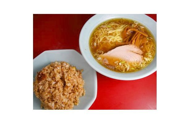 【さぶちゃん】「半ちゃんらーめん」(¥690)。甘いメンマが醤油スープにじんわりしみて、優しく懐かしい一杯に仕上げている