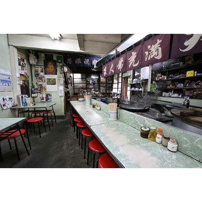 【福壽】店内中央には麺を茹でる大きなかまどが鎮座する。ご主人の手さばきを見ながらラーメンを待つ楽しみも