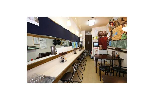 【麺処 ひろ爺】大通りの喧騒から一本離れた路地に位置する、和やかな店内。浅草橋駅から徒歩4分とアクセスも抜群だ