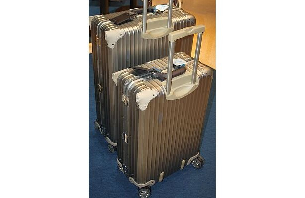 「RIMOWA Topas Premium」は八代英輝さんがセレクト。空港でボコボコになるまで使っている人を見ると歴史を感じて感動するという