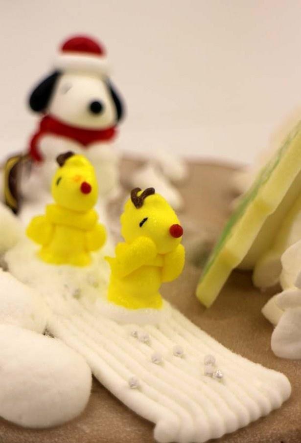 【写真を見る】ケーキの上にシュプールを描くかわいいウッドストック!