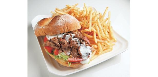 「デラックス・キラー・バーガー・ギリシャ風サンドイッチ」(1300円)は、「ワールドフード トラベル ヨノジ」で食べられる