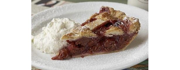 チェリーパイは甘酸っぱく濃厚な味のダークチェリーを使用したイチオシ。サワークリームと一緒に