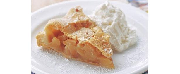 リンゴをギッシリつめ込んださっぱり味の定番メニュー、アップルパイ