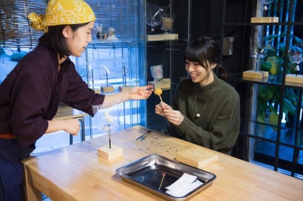 青木瑠璃子が浅草で飴をねるねるねるね!