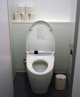男性が洋式トイレで立って使ってよごれるのは、致し方ない部分があるのでは…?気づいて掃除すればOK?
