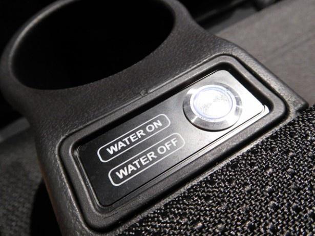 座席にあるスイッチで、水を使った仕掛けはオンオフが調整できる