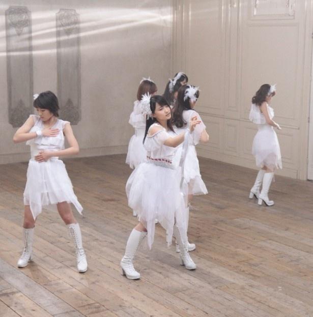 モーニング娘。'15のニューシングル「冷たい風と片思い/ENDLESS SKY/One and Only」のMV撮影の模様を紹介