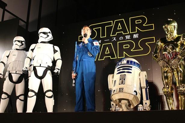 【写真を見る】スペシャルゲストとしてストームトルーパーとR2-D2、C-3POも登場!