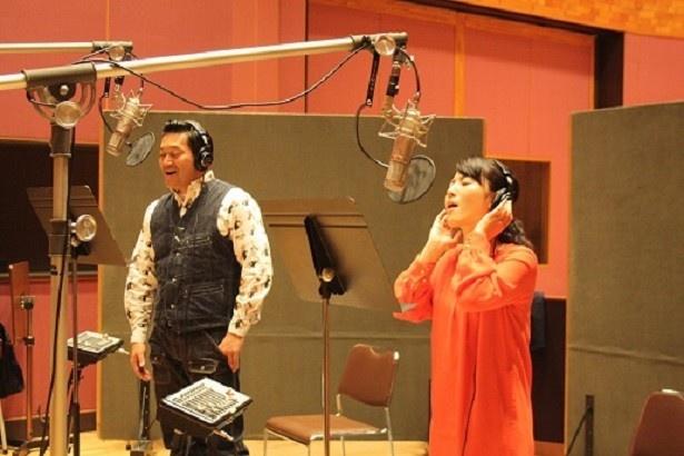 番組で「紅白 The 平均ソング」を歌う山口智充と福田彩乃