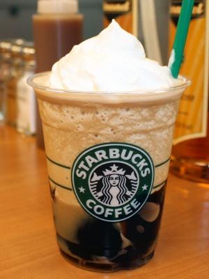 コーヒー感を一層楽しめる「エスプレッソ ショット」(50円)を加えたアレンジをするとコーヒーの部分が多くなります