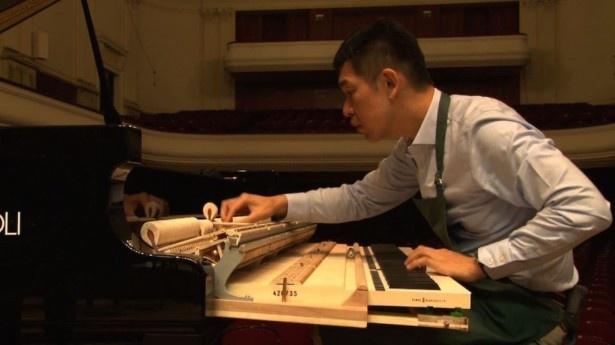 """ショパン国際ピアノコンクール開催中、イタリアの""""Fazioli(ファツィオリ)社""""製ピアノの調律をする越智晃氏"""