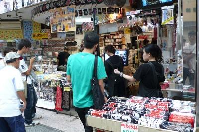 岸和田駅前商店街のレコード店では町別のタオルやうちわなどのだんじりグッズが飛ぶように売れていた