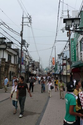 岸和田Walkerの表紙と同じ場所で撮影した今日の本通商店街の様子。人通りの多さがこんなに違います!