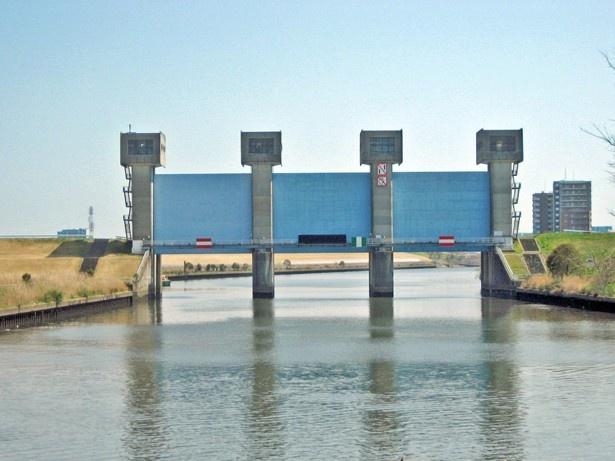 荒川と隅田川とを仕切る岩淵水門