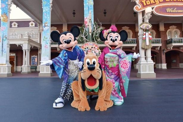 門松が飾られたパークで、ディズニーの仲間たちと新年をお祝い!