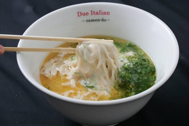イタリアンとラーメンが融合した鶏ガラと昆布のみを使用したシンプルなスープが女性に人気の「ドゥエイタリアン」。チーズのトッピングも可