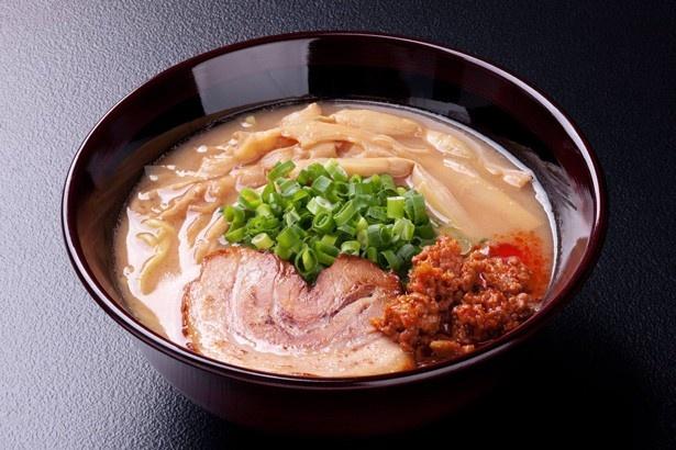 """トンコツを20時間以上煮込んだ濃厚でコクのあるスープに、香り高い3年間長期熟成させた""""安養寺みそ""""を合わせる、長野・松本の「麺匠 佐蔵」"""