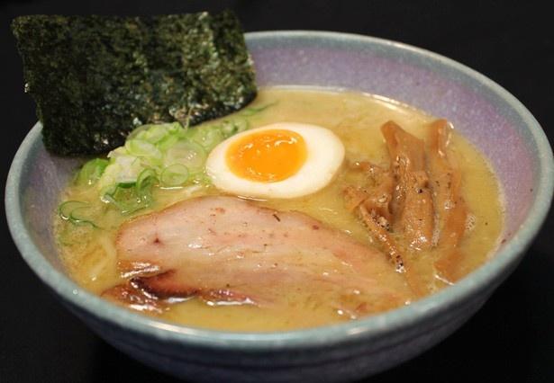 """16時間煮込んだ鶏ガラに高級節類を合わせたクリーミーなスープで、麺は国産小麦""""春よ恋""""を使用している長野の「気むずかし家」"""