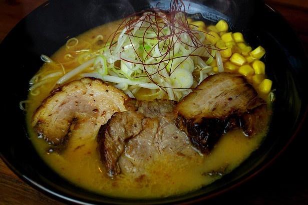 バラ・肩ロース・炙りの3種類のチャーシューが贅沢にトッピングされた味噌ラーメンを味わえる、神奈川・厚木の「小川流 厚木棚沢店」
