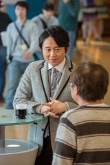 収録の合間に櫻井翔やスタッフと談笑する有吉弘行