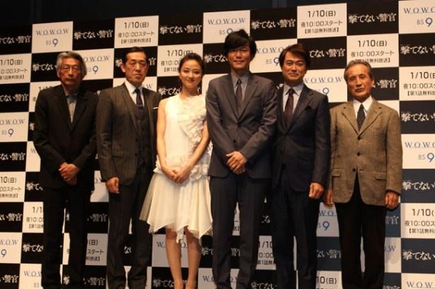 完成披露試写会に登壇したキャストと長崎俊一監督(一番左)