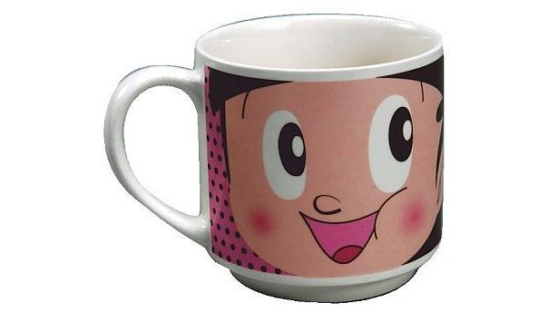 カップ一面に描かれた、 ヤン坊とマー坊のスマイルがインパクトたっぷりのマグカップ(420円)