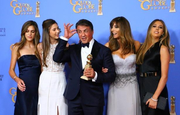 『クリード チャンプを継ぐ男』でゴールデン・グローブ賞助演男優賞を受賞したシルヴェスター・スタローンと家族たち