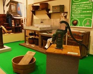 「ポンプ井戸」や「洗濯板」など、今ではなかなか見られない道具の数々