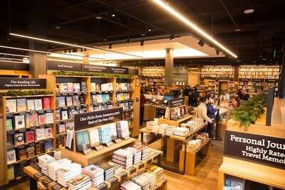 スタッフのおすすめが並ぶ棚には、アマゾンのCEOジェフ・ベゾス氏が選んだ書籍のコーナーもある