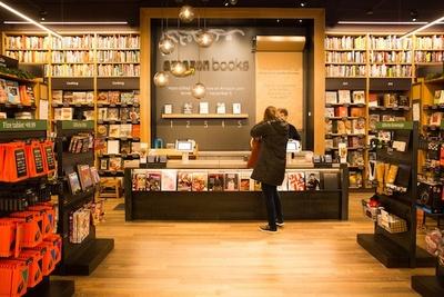 コンパクトにまとまった店舗だが、書籍を厳選することでゆったりと買い物を楽しめる