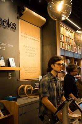 """レジ裏の大きなロール紙には一押し本の一節が引用される。""""読んでみたい""""と好奇心をくすぐる仕組みが随所に"""