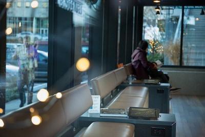 明るい陽射しが入る窓際には、休憩用のベンチを用意。「Fire」タブレットを自由に使うことができる