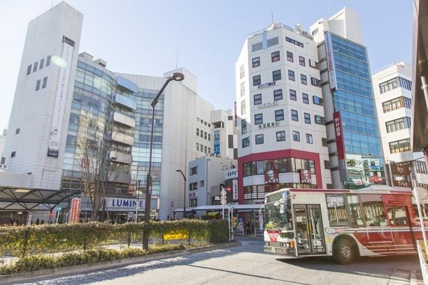 荻窪駅北口は、駅直結のルミネなど商業施設や商店街も充実。またバスの路線が多いのが特徴で、西武線や京王線に乗り継げる
