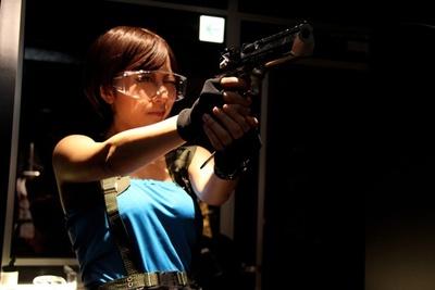 ゲーム「BIOHAZARD(バイオハザード)」に登場するジル・バレンタインになりきって、レンタルできる「サムライエッジ STD」などを撃つことも!