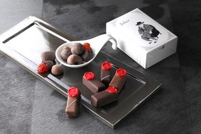 大人のためのショコラトリーとして人気のジョンナカヤからは、「ボンボンショコラ スタンダードハート」(5個入り・2376円)が登場