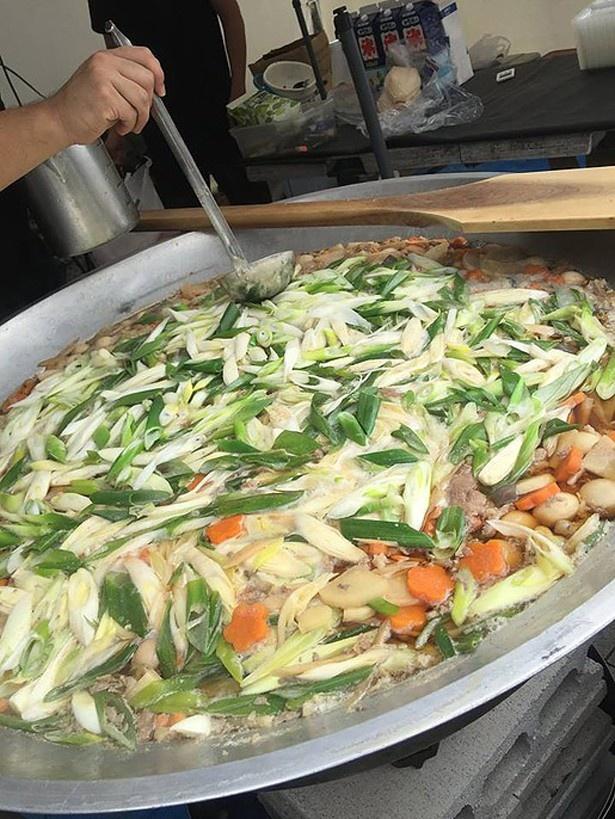 多彩な具材が入った山形県の「日本一の山形のいも煮」