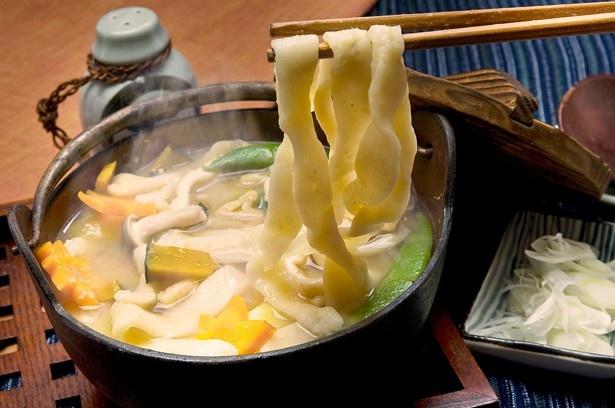 【写真を見る】懐かしい味わいの山梨の「ほうとう鍋」